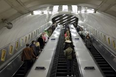 Londres, R-U, escalators reliant les diverses lignes Photographie stock