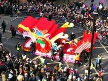 LONDRES, R-U - 14 FÉVRIER 2016 : Chariot de dragon pendant la nouvelle année chinoise Image libre de droits
