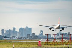 Londres, R-U - 17, f?vrier 2019 : Ligne a?rienne de Helvetic Airways bas?e ? Zurich Kloten, Suisse Les avions type Embraer ERJ-19 photographie stock libre de droits