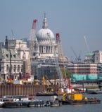 Londres R-U Horizon montrant le dôme de la cathédrale du ` s de St Paul, de la Tamise, des grues et des bâtiments en construction Photographie stock