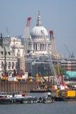 Londres R-U Horizon montrant le dôme de la cathédrale du ` s de St Paul, de la Tamise, des grues et des bâtiments en construction Images stock