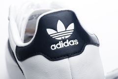 LONDRES, R-U - 2 JANVIER 2018 : Label de chaussures d'originaux d'Adidas macro sur le blanc Société multinationale allemande qui  images stock