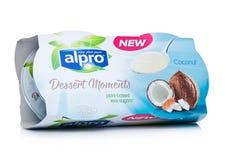 LONDRES, R-U - 10 JANVIER 2018 : Paquet des moments de dessert d'Alpro avec la saveur de noix de coco sur le blanc Photo libre de droits