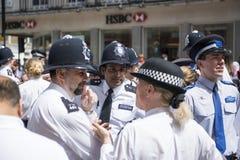 LONDRES, R-U - 29 JUIN : Agents de polices attendant Londres G Images libres de droits