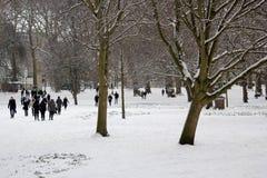 Londres, R-U, le 2 mars 2018 - le parc vert couvert dans la neige comme comuters marchent pour fonctionner la bête de l'est renco images stock