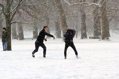 Londres, R-U, le 2 mars 2018 - le parc vert couvert dans la neige comme comuters marchent pour fonctionner la bête de l'est renco photo libre de droits