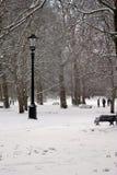 Londres, R-U, le 2 mars 2018 - le parc vert couvert dans la neige comme comuters marchent pour fonctionner la bête de l'est renco image stock