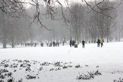 Londres, R-U, le 2 mars 2018 - le parc vert couvert dans la neige comme comuters marchent pour fonctionner la bête de l'est renco images libres de droits