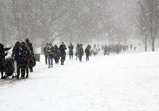 Londres, R-U, le 2 mars 2018 - le parc vert couvert dans la neige comme comuters marchent pour fonctionner la bête de l'est renco photo stock