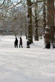 Londres, R-U, le 2 mars 2018 - le parc vert couvert dans la neige comme comuters marchent pour fonctionner la bête de l'est renco photographie stock libre de droits