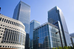 LONDRES, R-U - 14 MAI 2014 : Architecture moderne d'immeubles de bureaux d'aria de Canary Wharf le principal centre des finances  Photos stock
