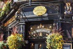 Londres, R-U - 14 mai 2019 : Bar anglais typique au secteur de Covent Garden photo stock