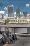 LONDRES, R-U - 12 MAI 2016 : L'homme adapté d'affaires s'assied sur un banc Photos libres de droits