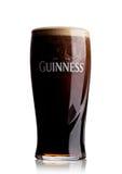 LONDRES, R-U - 29 MAI 2017 : Verre froid de bière originale de Guinness sur le blanc De la bière de Guinness a été produite depui Photo libre de droits