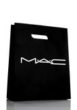 LONDRES, R-U - 15 MARS 2017 : Blanc de sac de cadeau d'achats de papier de MAC Cosmetics MAC Cosmetics a été fondé à Toronto, Ont photos stock