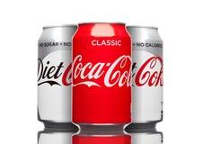 LONDRES, R-U - 21 MARS 2017 : Boîtes de Coca Cola classiques et boisson de régime sur le blanc La boisson est produite et fabriqu Photo stock