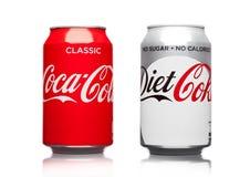 LONDRES, R-U - 21 MARS 2017 : Boîtes de Coca Cola classiques et boisson de régime sur le blanc La boisson est produite et fabriqu Photographie stock
