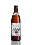 LONDRES, R-U - 15 MARS 2017 : Bouteille de bière d'Asahi Lager sur le fond blanc, faite par Asahi Breweries, Ltd au Japon depuis  image stock