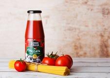 LONDRES, R-U - 10 MARS 2018 : Bouteille en verre de cuisinier Italia Passata Sauce avec des spaghetti et des tomates crues sur le Images libres de droits