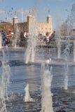 LONDRES, R-U - 25 MARS 2016 : Les touristes apprécient des fontaines Photos libres de droits