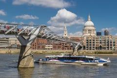 LONDRES, R-U - 25 MARS 2016 : Passages de touristes d'un catamaran sous le Th Images libres de droits