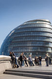 LONDRES, R-U - 25 MARS 2016 : Touristes prenant le selfie par la ville Hal Photographie stock libre de droits