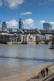 LONDRES, R-U - 25 MARS 2016 : Touristes sur Pebble Beach Photographie stock libre de droits