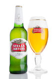 LONDRES, R-U - 29 NOVEMBRE Bouteille du froid 2016 et verre de bière de Stella Artois sur le fond blanc, marque importante d'Anhe Image stock