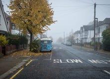 Londres, R-U - Ocrober 30, 2016 : Brouillard dense lourd à une rue résidentielle à Londres photographie stock