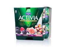 LONDRES, R-U - 20 OCTOBRE 2017 : Paquet de yaourt d'Activia sur le blanc Activia est une marque de yaourt possédée par Groupe Dan Photographie stock libre de droits
