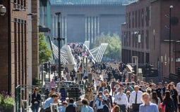 Londres, R-U Un bon nombre de gens marchant par la Tamise Photos libres de droits