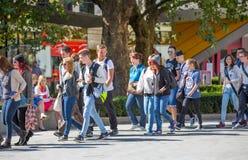 Londres, R-U Un bon nombre de gens marchant par la Tamise Photos stock