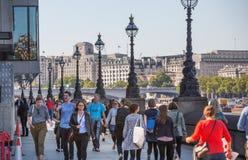 Londres, R-U Un bon nombre de gens marchant par la Tamise Images libres de droits