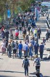 Londres, R-U Un bon nombre de gens marchant par la Tamise Photo stock