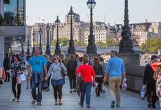 Londres, R-U Un bon nombre de gens marchant par la Tamise Photo libre de droits