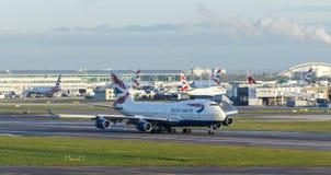 LONDRES, R-U - VERS 2016 : British Airways Boeing 747 sur la piste à l'aéroport de Heathrow Image stock