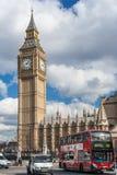 Londres, R-U - vers en mars 2012 : Autobus à impériale célèbre devant grand Ben Westminster Palace à Londres Photos libres de droits