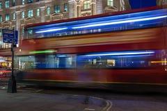 Londres, R-U - vers en mars 2012 : Dépassement de l'autobus à impériale sur les rues de Londres par nuit Photos libres de droits