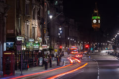 Londres, R-U - vers en mars 2012 : Rues de Londres par nuit avec la vue de Big Ben Images libres de droits