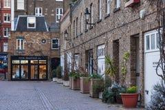 Londres, R-U - vers en mars 2012 : Vieux bâtiments et boutiques médiévaux historiques à Londres Photo libre de droits