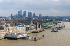 Londres, R-U - vers en mars 2012 : Vue de St Katharine et Wapping, Canary Wharf à Londres Image stock