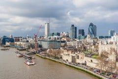 Londres, R-U - vers en mars 2012 : Vue de tour et de ville de Londres et de Tamise Photographie stock