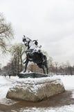 LONDRES, REINO UNIDO - 21 DE ENERO: Estatua adentro cubierta en nieve en Hyde Park Foto de archivo