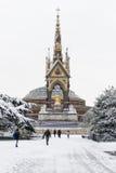 LONDRES, REINO UNIDO - 21 DE ENERO: Hyde Park cubrió en nieve con Albert M Imágenes de archivo libres de regalías