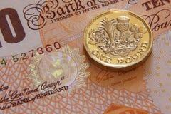 LONDRES, REINO UNIDO, AÑO 2017 - una libras británicas, nuevo tipo 2017 Imágenes de archivo libres de regalías