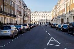 LONDRES, Reino Unido - abril, 14: Calle de Londres de pequeñas casas colgantes victorianas del siglo XIX típicas Fotografía de archivo libre de regalías