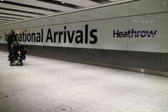 Londres, Reino Unido - 12/19/2017: Alguien que llega Londres foto de archivo