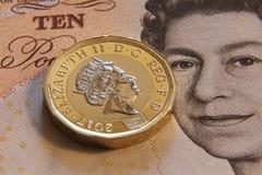 LONDRES, REINO UNIDO, ANO 2017 - umas libras britânicas, novo tipo 2017 Fotos de Stock