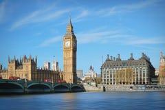 Londres, Reino Unido Big Ben y el puente de Westminster con los autobuses rojos Fotografía de archivo libre de regalías