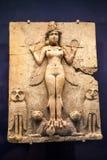 LONDRES, Reino Unido, BRITISH MUSEUM - a rainha da noite permanece de uma estátua pintada do período Babylonian Imagem de Stock